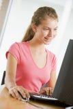 tonårs- använda för datorskrivbordsflicka Arkivfoton