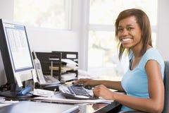 tonårs- använda för datorskrivbordsflicka Royaltyfri Fotografi
