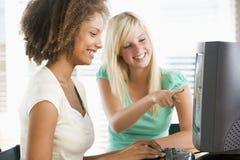 tonårs- använda för datorskrivbordsflickor Arkivfoto