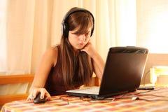 tonårs- använda för flickabärbar dator Fotografering för Bildbyråer