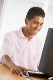 tonårs- använda för pojkedatorskrivbord arkivfoto