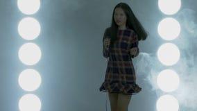 Tonårs- asiatisk högstadiumflickadans stock video