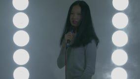 Tonårs- asiatiskt sjunga för högstadiumflicka arkivfilmer
