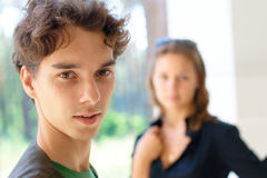 tonårs- bakgrundspojkeflicka royaltyfri bild