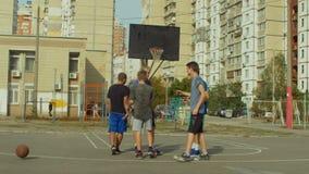 Tonårs- basketspelare som skakar händer efter match arkivfilmer