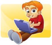 tonårs- blogging lyckliga internet för pojke Royaltyfri Fotografi
