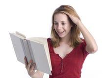 tonårs- bokflickaavläsning royaltyfri foto