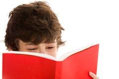 tonårs- bokpojkeavläsning Royaltyfri Fotografi