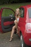 Tonårs- chaufför som får ut ur hennes bil Royaltyfri Foto