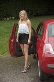 Tonårs- chaufför som får ut ur hennes bil Arkivbild