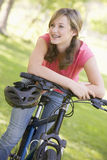 tonårs- cykelflicka Arkivfoto