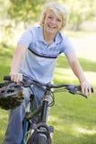 tonårs- cykelpojke Royaltyfri Bild