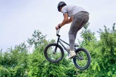 Tonårs- cyklist för BMX-fristil som hoppar 2 Royaltyfri Bild