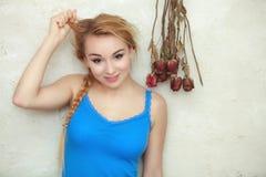 Tonårs- flicka för blond kvinna som visar henne skadat torrt hår Arkivfoto