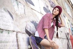 Tonårs- flicka för brunett i kortslutningar för hipsterdräktjeans, keds, plommoner Royaltyfri Foto