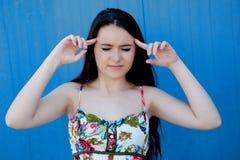 Tonårs- flicka för brunett med huvudvärk Royaltyfri Foto