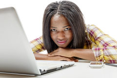 Tonårs- flicka för härlig ung afrikansk amerikan med bärbara datorn Arkivfoton