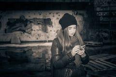 Tonårs- flicka för Hipster i en stadsgata Arkivbilder