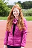 Tonårs- flicka för rödhårig man i rosa färger Royaltyfria Foton