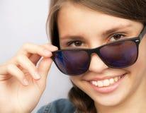 Tonårs- flicka för stående med solglasögon Royaltyfri Bild