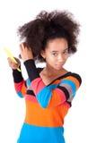 Tonårs- flicka för svart afrikansk amerikan som kammar henne afro hår Arkivbilder