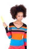 Tonårs- flicka för svart afrikansk amerikan som kammar henne afro hår Arkivbild