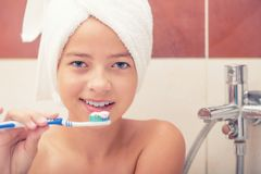 Tonårs- flicka i badrummet med tandborsten tand- hygien Royaltyfri Bild