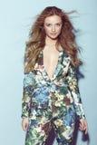 Tonårs- flicka i blom- kläder Royaltyfri Foto