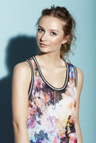 Tonårs- flicka i blom- kläder Fotografering för Bildbyråer