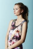 Tonårs- flicka i blom- kläder Arkivbild