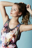 Tonårs- flicka i blom- kläder Royaltyfria Bilder