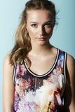 Tonårs- flicka i blom- kläder Arkivbilder