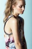 Tonårs- flicka i blom- kläder Royaltyfria Foton
