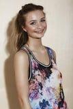 Tonårs- flicka i blom- kläder Arkivfoto