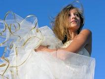 Tonårs- flicka i den vita klänningen utomhus Arkivbilder