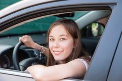 Tonårs- flicka i en bil arkivfoton
