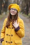 Tonårs- flicka i en gul lag- och baskerstående arkivbilder