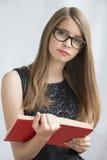 Tonårs- flicka i exponeringsglas med böcker Royaltyfri Fotografi