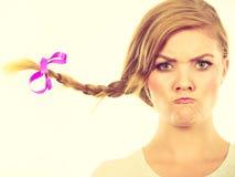Tonårs- flicka i flätad trådhår som gör den ilskna framsidan Fotografering för Bildbyråer