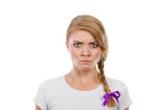 Tonårs- flicka i flätad trådhår som gör den ilskna framsidan Royaltyfri Foto