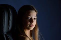 Tonårs- flicka i mörker Royaltyfri Fotografi