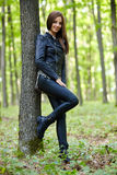 Tonårs- flicka i skogen Arkivfoton