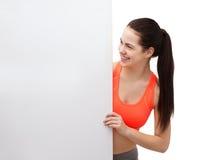 Tonårs- flicka i sportswear med det vita brädet Arkivfoto