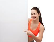 Tonårs- flicka i sportswear med det vita brädet Arkivbild