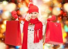 Tonårs- flicka i vinterkläder med shoppingpåsar Arkivfoton