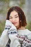 Tonårs- flicka i vinterskogsnöfallet royaltyfria foton