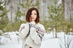 Tonårs- flicka i vinterskogsnöfallet fotografering för bildbyråer