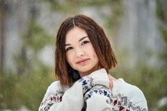 Tonårs- flicka i vinterskogsnöfallet arkivfoto