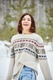 Tonårs- flicka i vinterskogsnöfallet royaltyfri foto