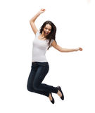 Tonårs- flicka i vitmellanrumst-skjorta banhoppning Royaltyfri Bild
